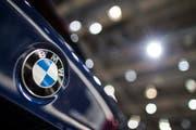 BMW muss Autos zurückrufen. (Bild: EPA/IAN LANGSDON)