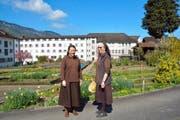 Schwester Sabine Lustenberger (links) und Schwester Agnes freuen sich, dass mit dem Gewinn auch eine Reise für alle Schwestern in Aussicht steht. (Bild Romano Cuonz)