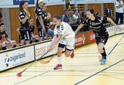 Die Zugerin Olivia Herzog (am Ball) und ihre Teamkolleginnen kämpfen glücklos. (Bild: Werner Schelbert (Zug, 24. September 2017))
