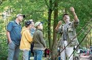Beat Koller vom Verein erklärt den Besuchern, wie beim Fischen vorzugehen ist. (Bild: Maria Schmid (Boswil, 26. August 2017))