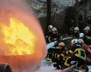 Die angehenden Feuerwehrleute konnten am Einführungstag einen Brand bekämpfen. (Bild: Paul Gwerder (Erstfeld, 4. November 2017))