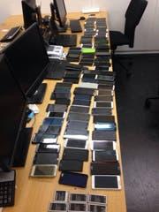Die Polizei fand diese gestohlenen Handy im Schliessfach des Rumänen. (Bild: Stadtpolizei Zürich)