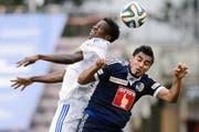 Auch er musste in Lausanne unten durch: FCL-Stürmer Dario Lezcano (rechts) im Kopfballduell mit dem Lausanne-Kameruner Patrick Ekeng. (Bild: Keystone/Laurent Gillieron)