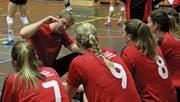 Trainer Nik Buser erläutert seinen Spielerinnen bei einem Time-out die Spieltaktik. (Bild: Beat Sauser)