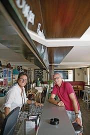 Luzia und Rolf von Holzen feiern das 30-Jahr-Jubiläum mit ihrer Jlge-Bar. (Bild: Corinne Glanzmann (Stans, 21. Juni 2017))