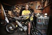 Pirmin Odermatt in seiner Werkstatt, wo sich alles um Zweitakter dreht. (Bild: Corinne Glanzmann / Neue NZ)