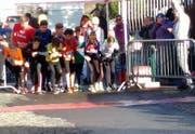 Die ersten Läufer und Läuferinnen werden auf die Strecke geschickt. (Bild: Screenshot)