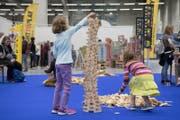 Kinder bauen einen hölzernen Turm. (Bild: Lukas Lehmann / Keystone (Bern, 12. Oktober 2017))