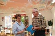 Hans von Rotz und Pia Ryser, Mitarbeiterin der Kantonsbibliothek Obwalden, begutachten eine seiner Buchbindearbeiten in der Ausstellung im Lesesaal. (Bild: Marion Wannemacher (Sarnen, 11. Januar 2018))