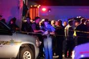 Polizeibeamte sichern den Unfallort ausserhalb der Cascade Shopping-Mall. (Bild: AP)