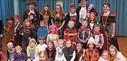 Die Zunftmeisterfamilie inmitten von begeisterten Jungfasnächtlern. (Bild: NC (Seelisberg, 4. Februar 2018))