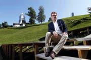 Auf der Bühne neben dem Morgartendenkmal werden ab dem 7. August fast 90 Laiendarsteller für Action sorgen. Beat Villiger, der im Organisationskomitee für das Festspiel zuständig ist, freut sich auf die Premiere. (Bild Werner Schelbert)