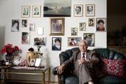 Wolfhart Luther in seiner Wohnung in Hergiswil. Seine Anna-Maria lächelt ihm tagtäglich auf den vielen Fotos entgegen. (Bild: Corinne Glanzmann / Neue LZ)