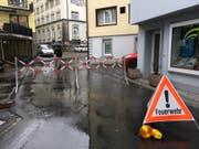 Eine der temporären Strassensperrungen in Einsiedeln am frühen Mittwochabend. (Bild: Benno Kälin, TeleZüri)