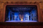 In der Probe werden die verschiedenen Lichtstimmungen justiert. Die «nackte» Bühne ist gewollt. (Bilder F. X. Brun)