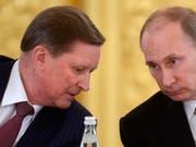 Iwanow (l.) galt als möglicher Nachfolger Putins. Nun räumt der Präsidialamtschef seinen Posten - auf eigenen Wunsch hin, sagt Putin. (Bild: KEYSTONE/AP RIA Novosti Kremlin Press Service/ALEXEI NIKOLSKY)