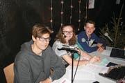 Das Moderatorenteam muss den Ablauf der Show im Griff haben (von links): Nino Baumgartner, Olivia Amstad und Janis Amstad. (Bild: Sepp Odermatt (Beckenried, 7. Dezember 2017))