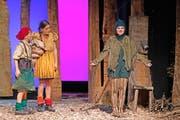 Hänsel (Nicolas Mathis) und Gretel (Martina Kiser) treffen das Chrischbäimli (Anna Minutella), das sehnsüchtig von einer Weihnacht in der Stube träumt. Bild: Corinne Glanzmann (Stans, 20. September 2016)