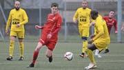 Will mit dem FC Stans zurück auf die Siegesstrasse: David Lehmann (in Rot), hier im Spiel gegen Altdorf. (Bild: Urs Hanhart (Stans, 6. Mai 2017))