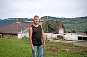 Kurt Wyrsch diese Woche vor dem Baugespann für den Wiederaufbau der Scheune. (Bild: Corinne Glanzmann / PD)