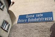 In diesem Dorf in Graubünden sind die Strassen in Rätoromanisch und Deutsch angeschrieben. (Bild: Arno Balzarini/Keystone)