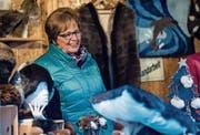 Setzt voll und ganz auf Handarbeit: Lina Schnidrig an ihrem Stand am Weihnachtsmarkt. (Bild: Nadia Schärli (Einsiedeln, 2. Dezember 2017))