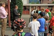 Schüler überreichen ihre Petition fürs Skaten dem Ennetbürger Gemeinderat. (Bild: pd)