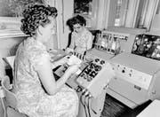 Die Wettscheine der Sport-Toto-Gesellschaft werden im August 1958 zur Ermittlung der Gewinner auf Mikrofilm aufgenommen. (Bild: Keystone)