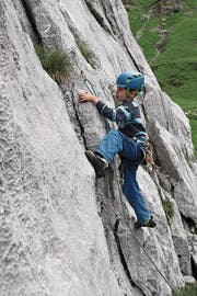 ... und der achtjährige Raffael Fullin stellen in einem der drei Klettergärten auf der Chammlialp ihr bereits beachtliches Können unter Beweis. (Bild: Bruno Arnold (Unterschächen, 16. Juli 2017))