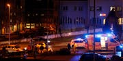 Mit unbestimmten Verletzungen hat man einen Fahrer hospitalisiert. (Bild: Geri Holdener, Bote der Urschweiz)