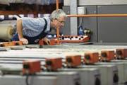 Für ältere Arbeitnehmer können Pensionskassen-Beiträge zum Problem werden. (Bild: Christian Beutler/Keystone (Mitlödi, 15. Juli 2014))