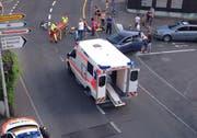 Angehörige des Rettungsdiensts kümmern sich um den Verletzten. (Bild: Leserbild Bote der Urschweiz)