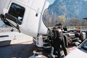 Ein italienischer Chauffeur repariert mit einem Mechaniker die Ölzufuhr. (Bild: Urs Hanhart (Erstfeld, 16. März 2017))