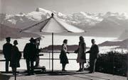Touristen bewundern die Aussicht vom Stanserhorn mit einem Fernrohr. Das Bild dürfte in den 40er- oder 50er-Jahren entstanden sein. (Bild: Sammlung Christoph Berger/PD)