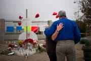 Die selbstgemachte Gedenkstätte soll an die Opfer der Schiesserei von San Bernardino erinnern. (Bild: AP Photo/ Jae C. Hong)