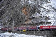 Seit Montagmittag fahren die Züge an der Abbruchstelle (im Bild) wieder einspurig. (Bild Urs Hanhart)