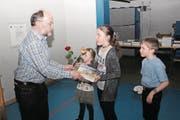 Sichtlich gerührt übergab Ruedi Kunz seinen Grosskindern Niah, Jara und Lino die ersten Bücher. (Bild: Paul Gwerder (Gurtnellen, 24. März 2018))