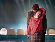 Liliom (Jakob Leo Stark) liebt seine Julie (Wiebke Kayser). Das Schlagen sein lassen kann er trotzdem nicht. (Bild: Ingo Höhn/PD)