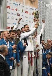 Starker Auftritt der Schweizer an der EM in Tallinn. Der Weggiser Pascal Egger stemmt nach dem Sieg im Teamwettkampf den Pokal. (Bild: PD (Tallinn, 14. Oktober 2017))