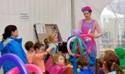 Die Ballonkunst fasziniert die Kleinen. (Bild Richard Greuter)