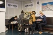 """Menschen beteiligen sich am Crowdfunding des digitalen Magazins """"Republik"""" von Project R. (Bild: KEYSTONE/Ennio Leanza)"""