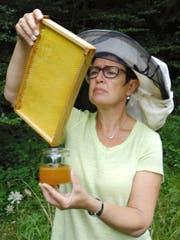 Die Honigernte ist heuer dürftig: Imkerin Brigitte von Flüe. (Bild: PD)