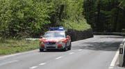 Eine Patrouille der Kantonspolizei Schwyz auf Einsatzfahrt mit Sondersignal. (Archivbild)