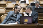 Jonas Fricker (rechts) diskutiert im Nationalrat mit einem Kollegen. (Bild: KEYSTONE/Anthony Anex)