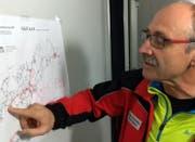 Einsatzleiter Franz Auf der Maur zeigt den Standort des Dom-Biwaks. (Bild: Geri Holdener, Bote der Urschweiz)