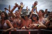 Besucherinnen und Besucher lachen der Hitze ins Gesicht. (Bild: Keystone/Gian Ehrenzeller)