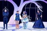 Der König (Guido Carlin), das Glückskind (Madlen Arnold), Prinzessin Julia (Caroline Jauch) und die Königin (Petra Lütolf-Schmuckli) begeistern im Märlitheater Obwalden (von links). (Bild Ingo Höhn/PD)