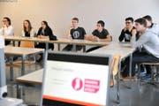 Die Schüler befassten sich gestern Nachmittag mit politischen Themen. Bild: Urs Hanhart (Altdorf, 8. November 2016)