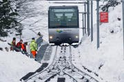 Bei grossen Schneemengen muss das Trassee der Zugerberg-Bahn von Hand freigeschaufelt werden. (Bild Stefan Kaiser)