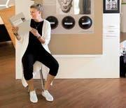 Anina Trutmann aus Uri vor ihrer Werkschau zum Thema Alzheimer. (Bild: Eveline Beerkircher)